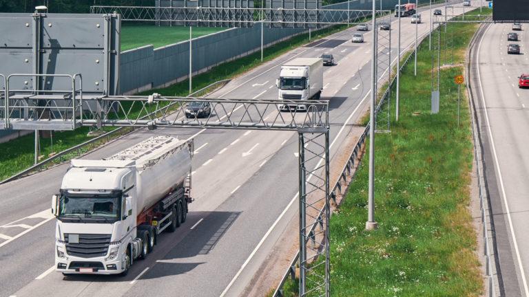 Poliisi tehostaa nopeusvalontaa maanteillä uusien kameratolppien avulla.