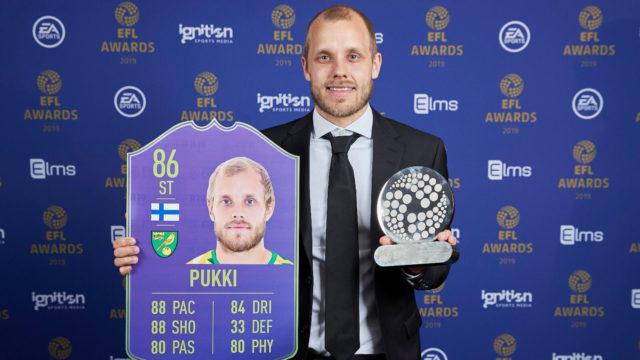 Jalkapalloilija Teemu Pukki palkintogaalassa.