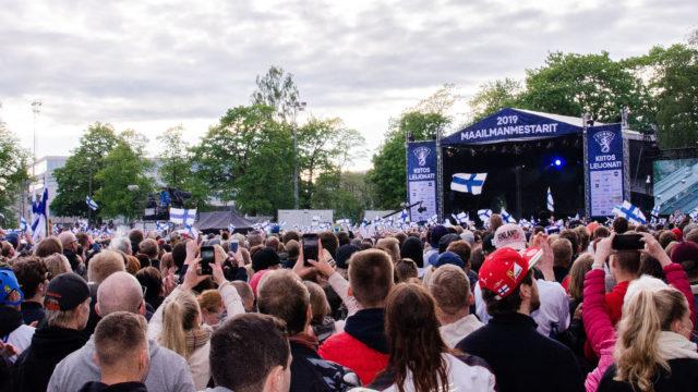50 000 kansalaista oli liput liehuen Leijonia vastassa Kaisaniemen kansanjuhlassa.