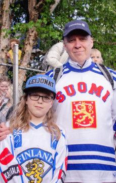Mini ja Jari Annaniemi odottivat Leijonia lavalle Kaisaniemen kansanjuhlassa.