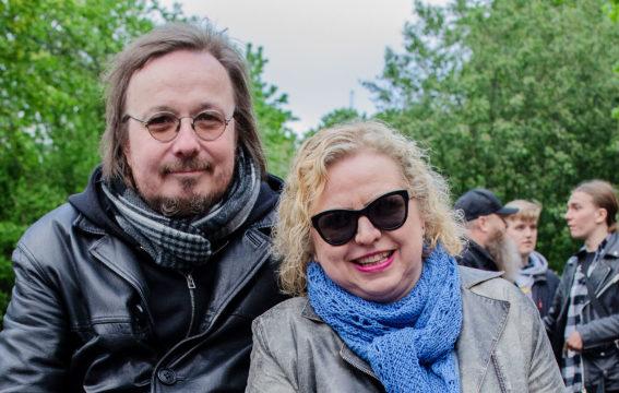 Petri Nurmi ja Elena Ramsurrun iloitsivat Kaisaniemen kansanjuhlassa siitä, että mm-kulta yhdistää ihmisiä.