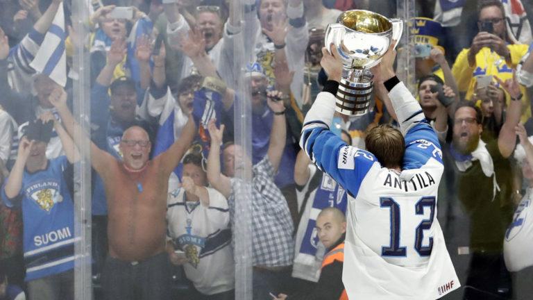MM-turnaus huipentui Suomen osalta finaaliin ja maailmanmestaruuteen. Arvonnassa finaalipeleihin voittanut iloitsi myös siitä, että leijonien kapteeni Marko Anttila tuuletti palkinnon kanssa juuri heidän katsomonsa edessä.
