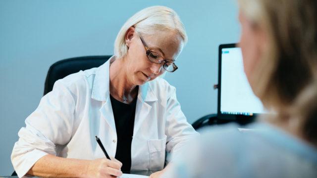 Kuinka pitkään hormonikorvaushoitoon tarkoitettuja laastareita voi käyttää?