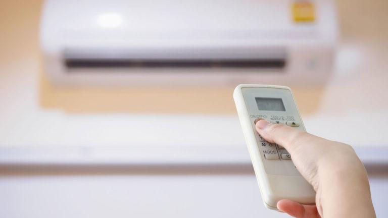 Ilmanlämpöpumppu viilentää kesällä ja lämmittää talvella. Huoltaa laite pitää säännöllisesti.