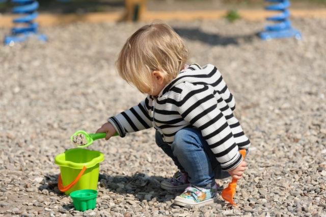 Lapsi leikkii kyykyssä luonnostaan.