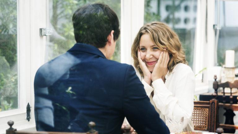 Suuri ikäero parisuhteessa herättää usein paheksuntaa muilta ihmisiltä.