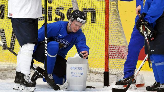 Kaapo Kakko kerää kiekot maalista harjoitusten päätteeksi jääkiekon MM-kilpailuissa Kosicessa Slovakiassa.