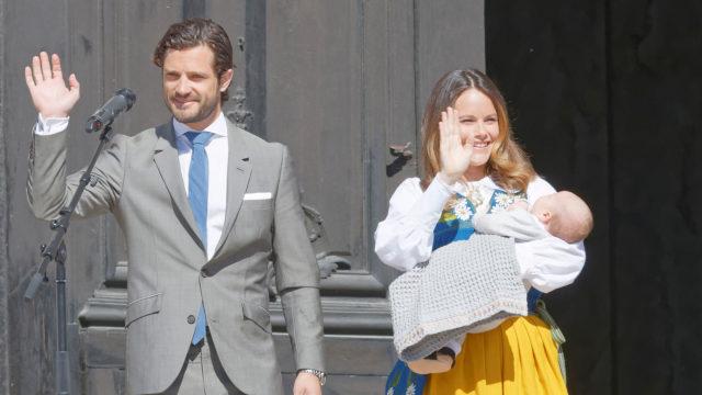 Ruotsin Carl Philip ja Sofia esittelevät vauvaansa.
