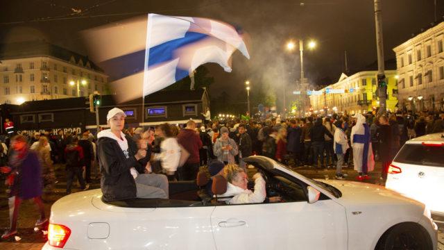 Kauppatorilla juhli Leijonien voitto 10 000 ihmistä.