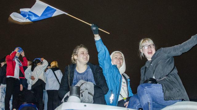 Henna Siitonen oli ystäviensä kanssa juhlimassa Leijonien voittoa.