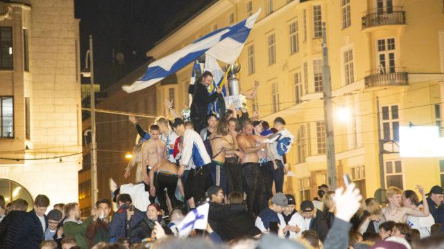 Mantan patsaalla oli ruuhkaa sunnuntaiyönä, kun suomalaiset juhlivat maailmanmestaruutta.