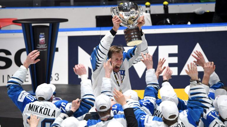 Leijonien kapteeni Marko Anttila iloitsee joukkueensa kanssa maailmanmestaruuden voitosta.