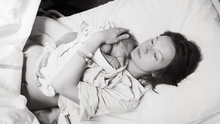 Minä myös synnyttäjänä -kampanja kerää nyt karuja synnytyskokemuksia äideiltä.