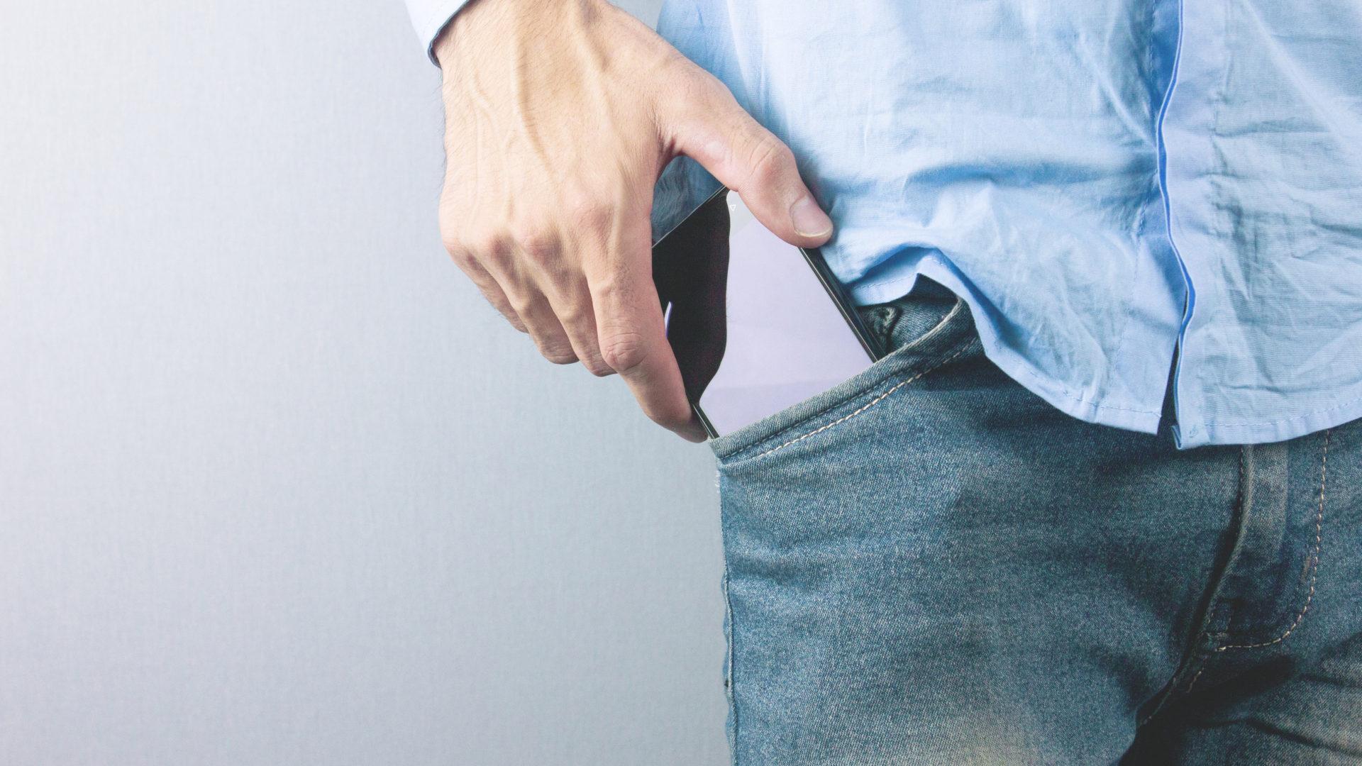 Älypuhelimen taskussa pitäminen voi laskea miesten sperman laatua.