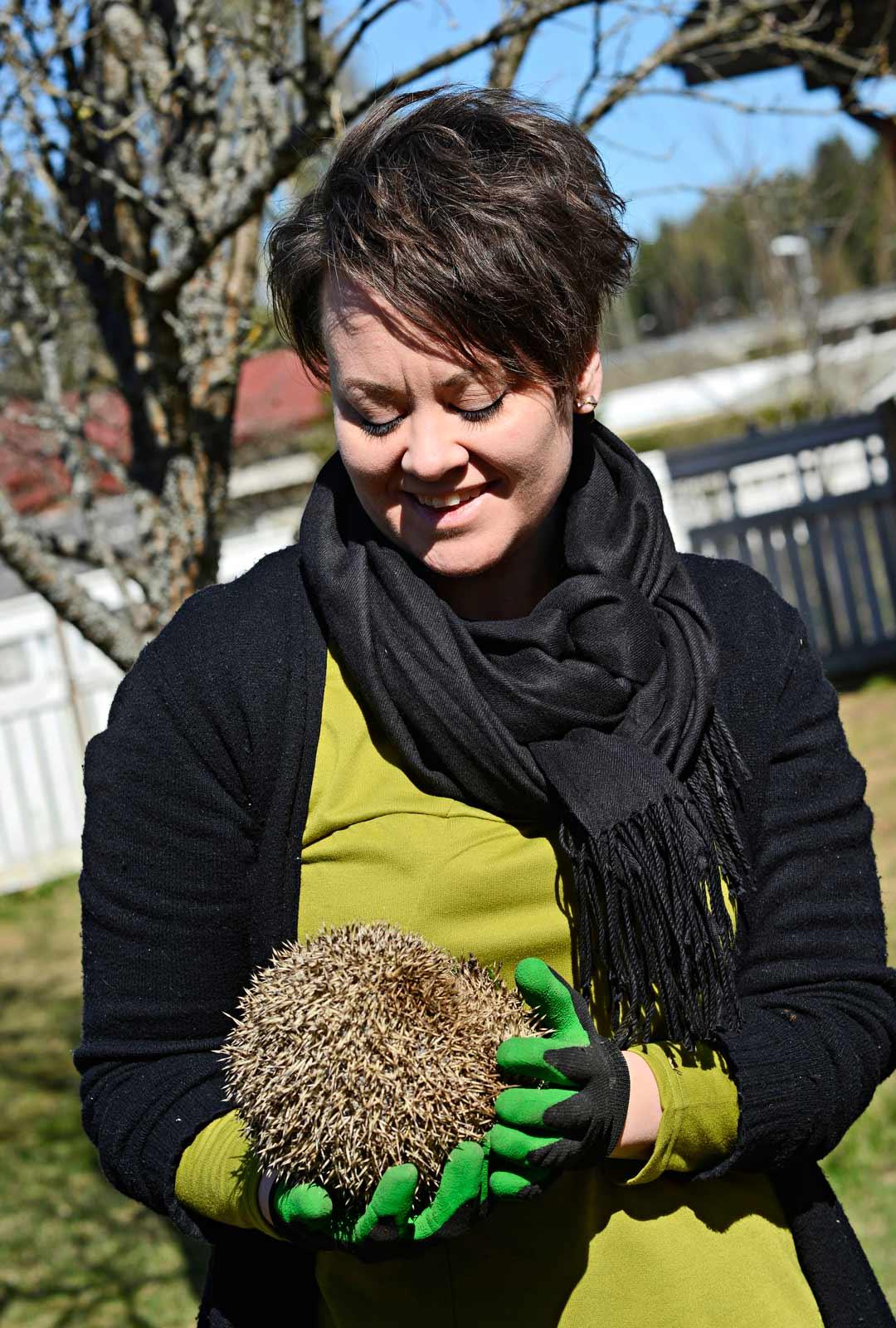 Siilin pelastaja Susanna Mäki-Oversteyns