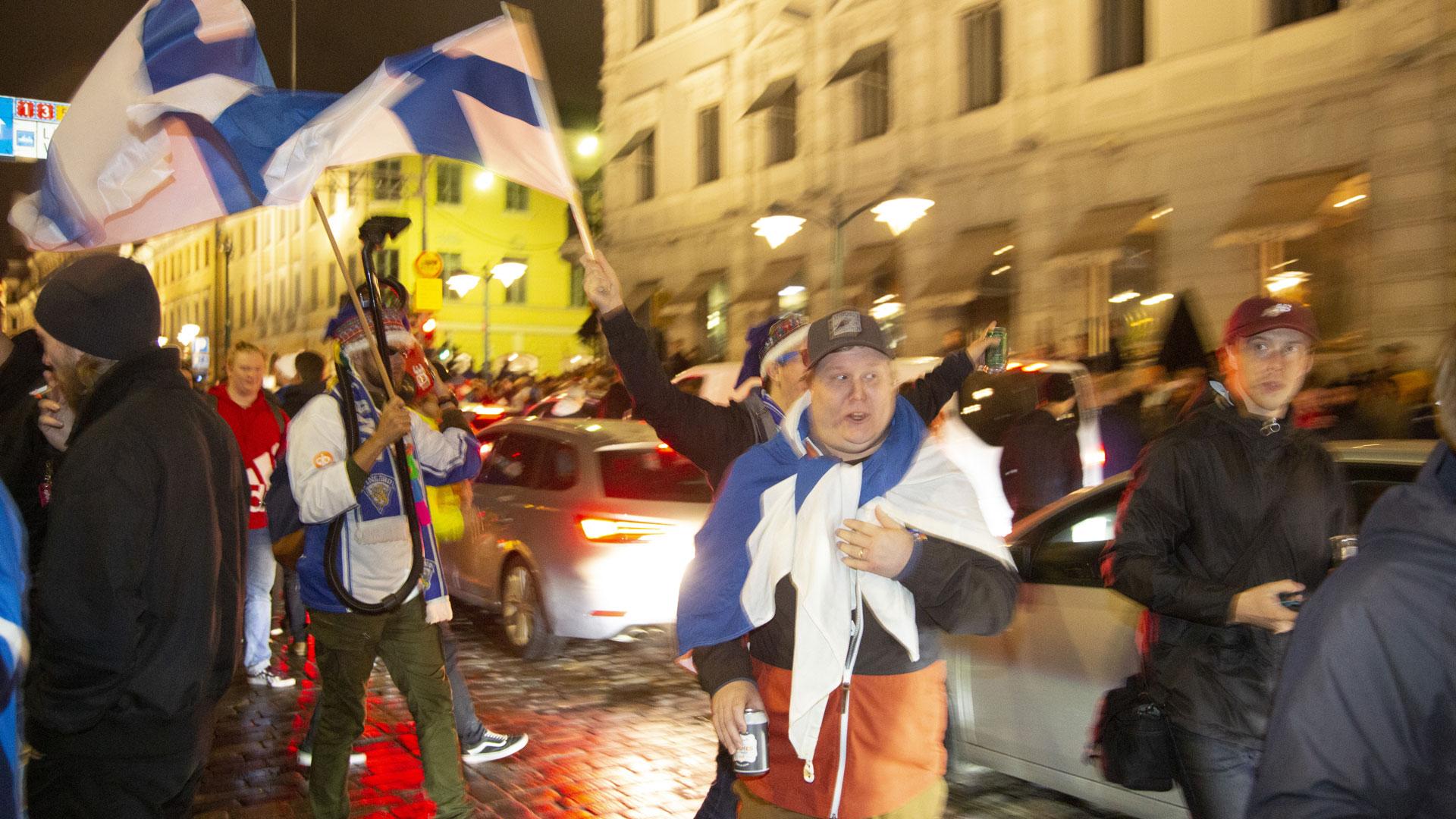 Kansa kerääntyi Kauppatorille juhlimaan jääkiekon kolmatta maailmanmestaruutta.