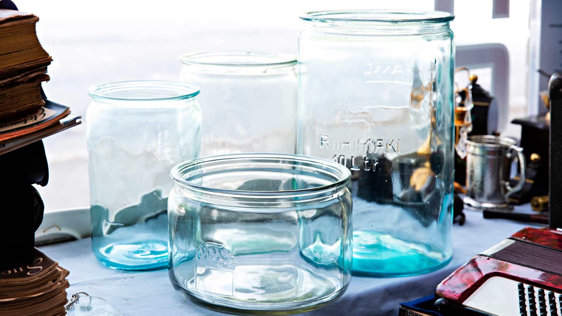 Riihimäen laakeita ja pyöreitä lasipurkkeja