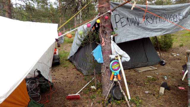 Marika Miettinen yöpyy teltassa kuukauden odotellen Nummirockin alkua.