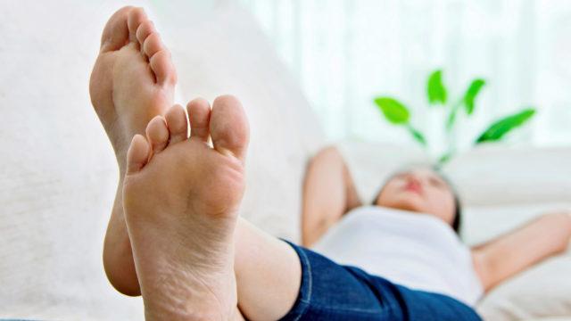 Mikä auttaa jalkojen turvotukseen?