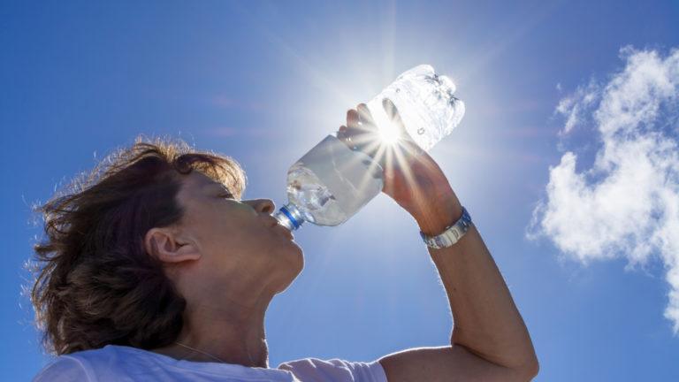Riittävä nesteytys on kesäkuumalla erittäin tärkeää. Jos virtsa on tummankeltaista ja sitä on vain vähän, kannattaa juoda enemmän.