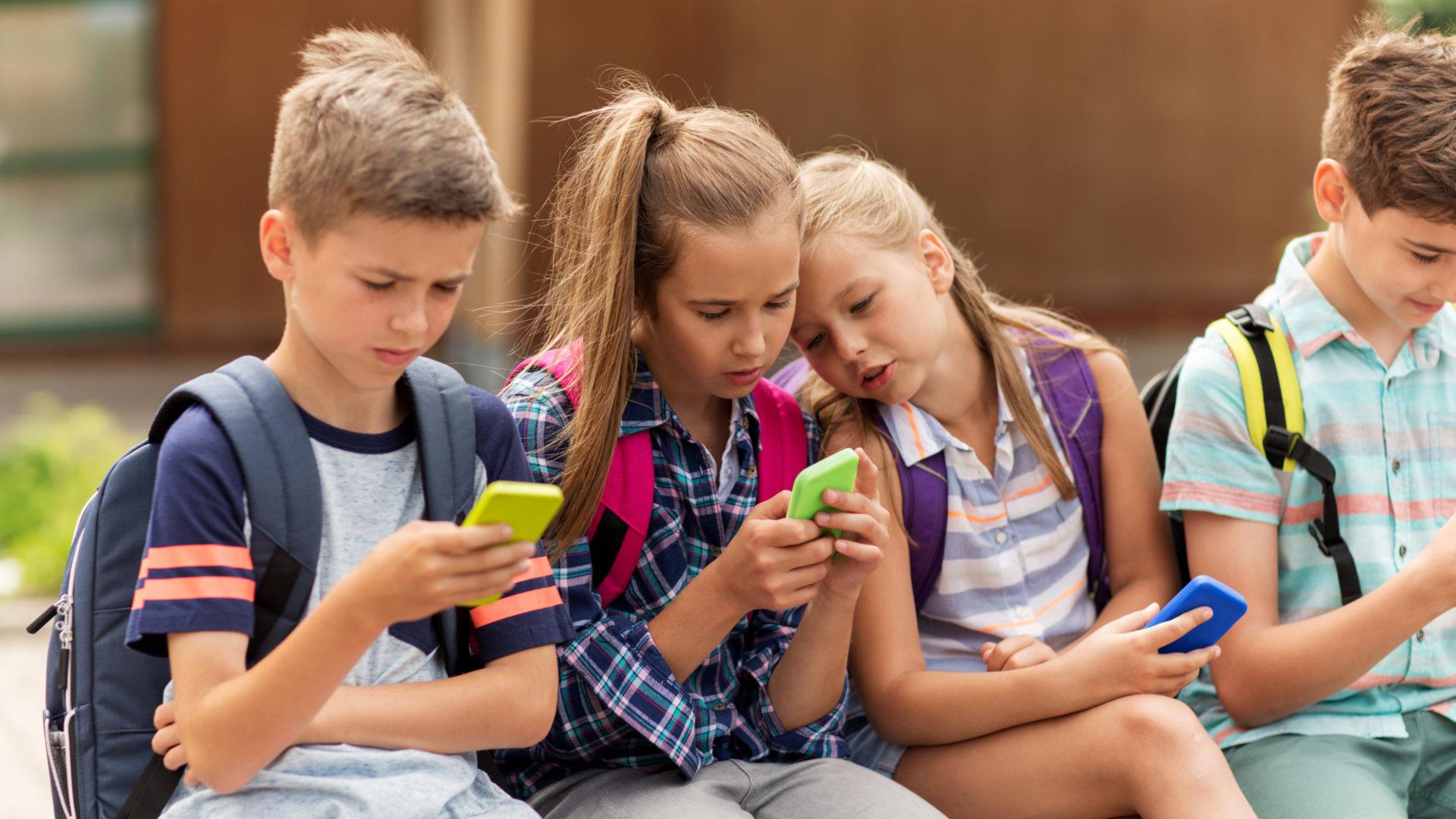 Lapset viettävät paljon aikaa sosiaalisessa mediassa.