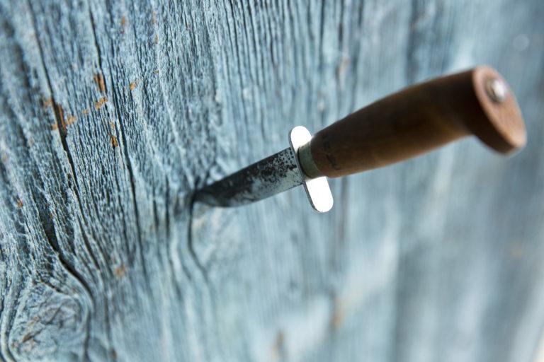 """Puukko eteisen seinässä kertoi entisaikaan ikävän viestin tytöltä pojalle: """"Ota puukkosi ja mene. En ole kiinnostunut sinusta."""""""