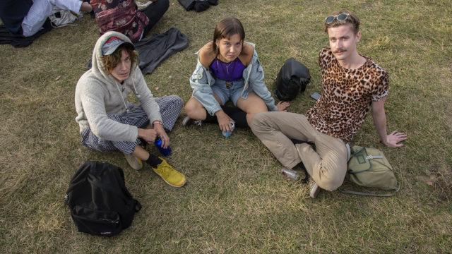 """Helsinkiläiset Henri Nikkilä, 24, Saana Pohjonen, 24, ja Anton Saares, 26, nauttivat Flow'n kulttuuritarjonnasta jokaisena kesänä. Kaikki kertovat saavansa usein vaatteita kavereiltaan. Pohjosella on meneillään kausi, jolloin hän käyttää koruja. """"Välillä en tykkää käyttää niitä ollenkaan"""", hän sanoo."""