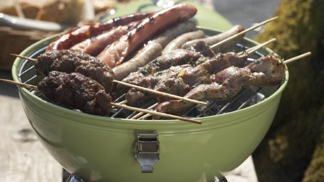 Kesälomalla voi tulla syöneeksi kulutusta enemmän esimerkiksi grillimakkaraa. Ravitsemusterapeutti lohduttaa, että arkeen palatessa makkaraa ei luultavasti tule syötyä yhtä paljon, sillä tietyt ruuat liittyvät tiettyihin tilanteisiin.