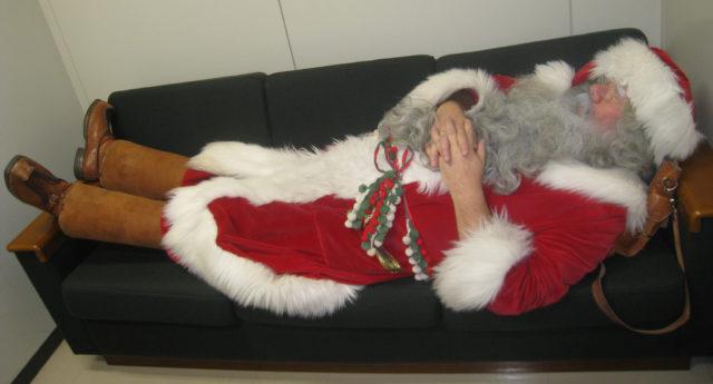 Joulupukki huilaa taukotilassaan Maruhiron tavaratalossa, Japanin Kawagoessa joulukuussa 2012.