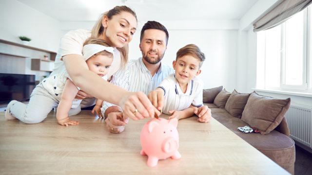 Noin puolet vanhemmista säästää lapsilleen.