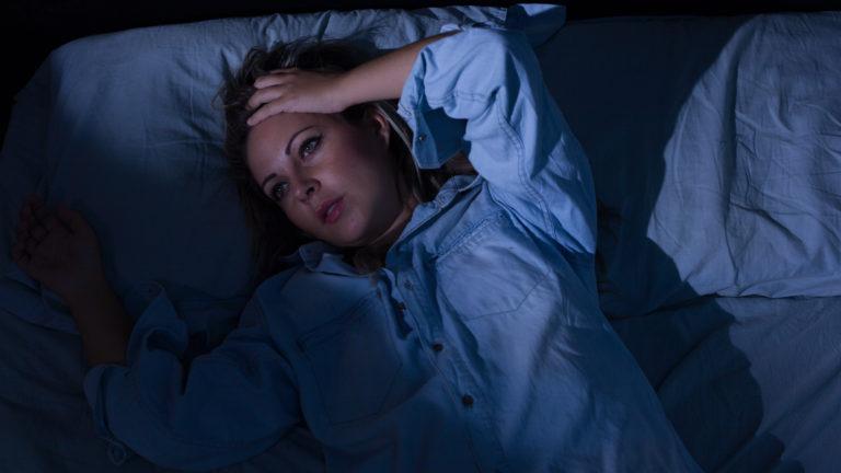 Nukkumisvaikeudet ovat yleisiä. Tämä keino helpottaa unentuloa.