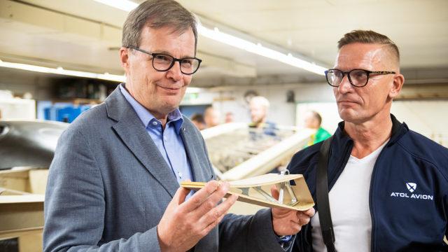Koneen suunnittelija Markku Koivurova esitteli koneen puista rakennetta. Koelentoryhmän uusin jäsen on lennonopettaja Sami Saikkonen, joka tunnetaan myös tanssijana ja koreaografina.