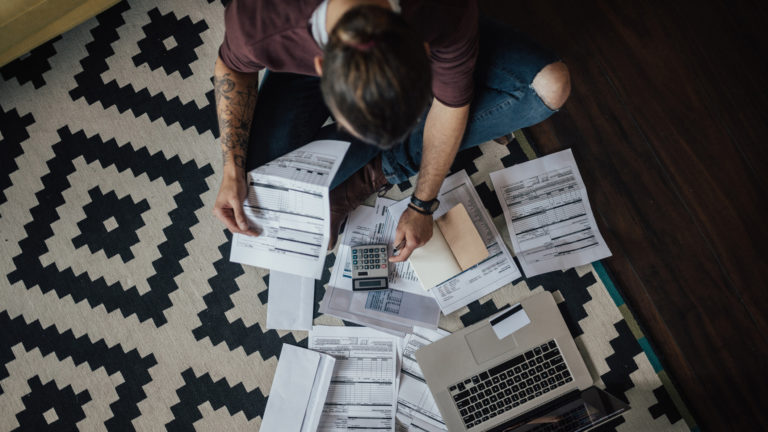 Velkaongelmat ovat yleisiä, mutta moni ei tiedä, mitä pitää tehdä, kun perintäkirje tulee postissa.