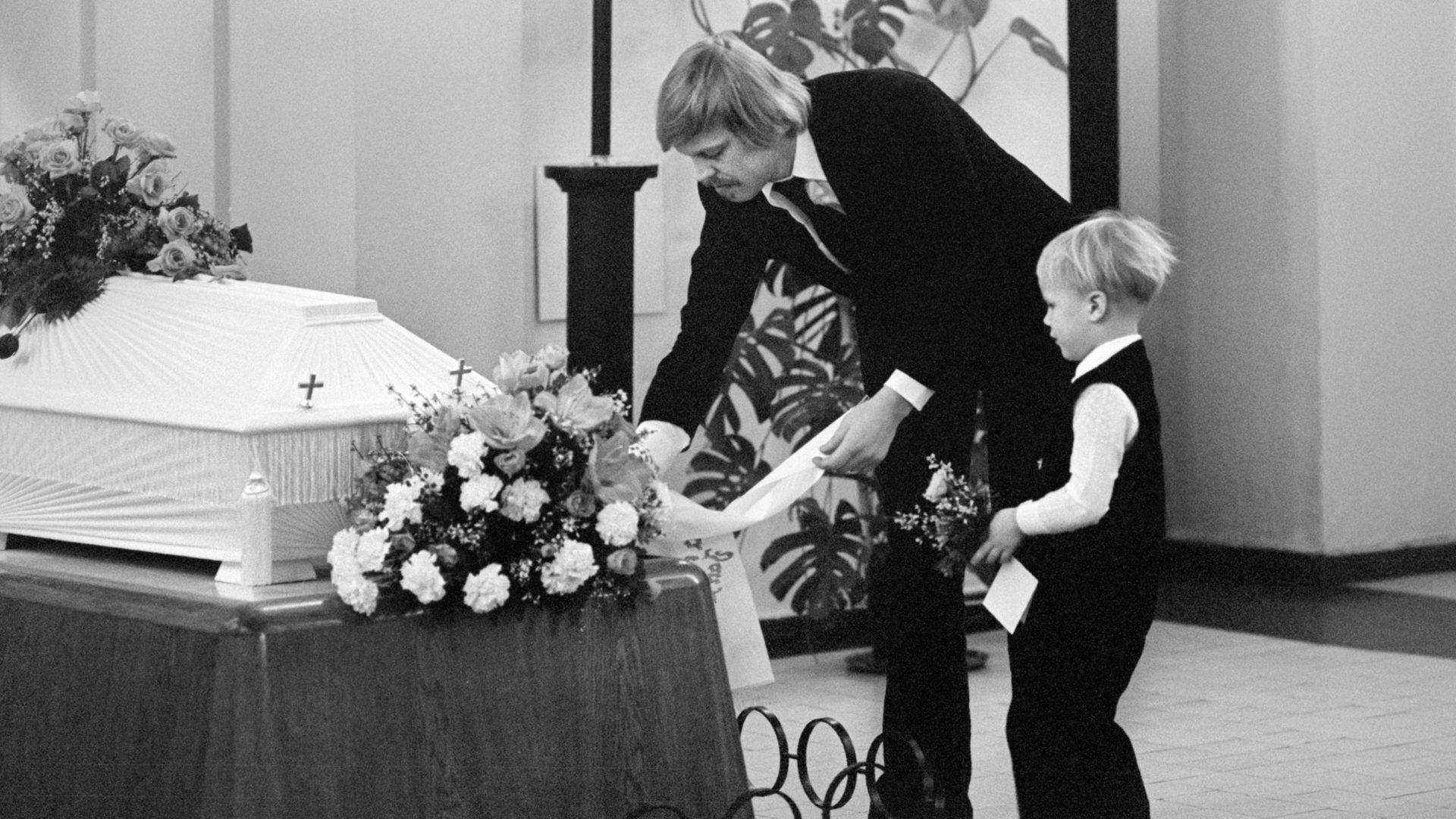 Vuonna 1977 Vesa-Matti Loiri laski vaimonsa Mona Loirin hautajaisissa kukkia arkulle heidän poikansa Janin kanssa.