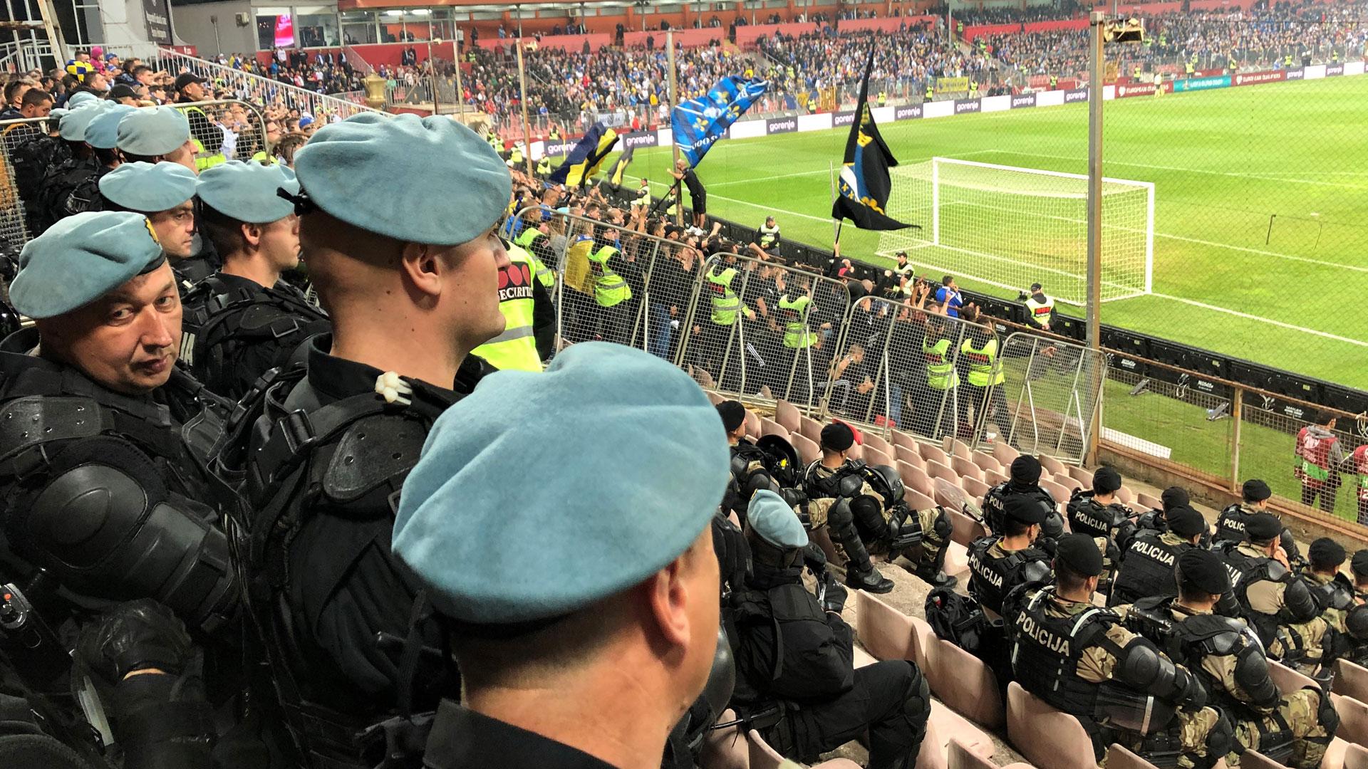 Metallihäkki sekä sadat järeästi aseistetut poliisivat varmistivat, että suomalaiset ja bosnialaiset eivät pääse tekemisiin toistensa kanssa.