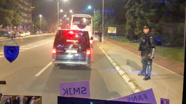 Poliisisaattue turvasi suomalaisten bussimatkantekoa mennen tullen.