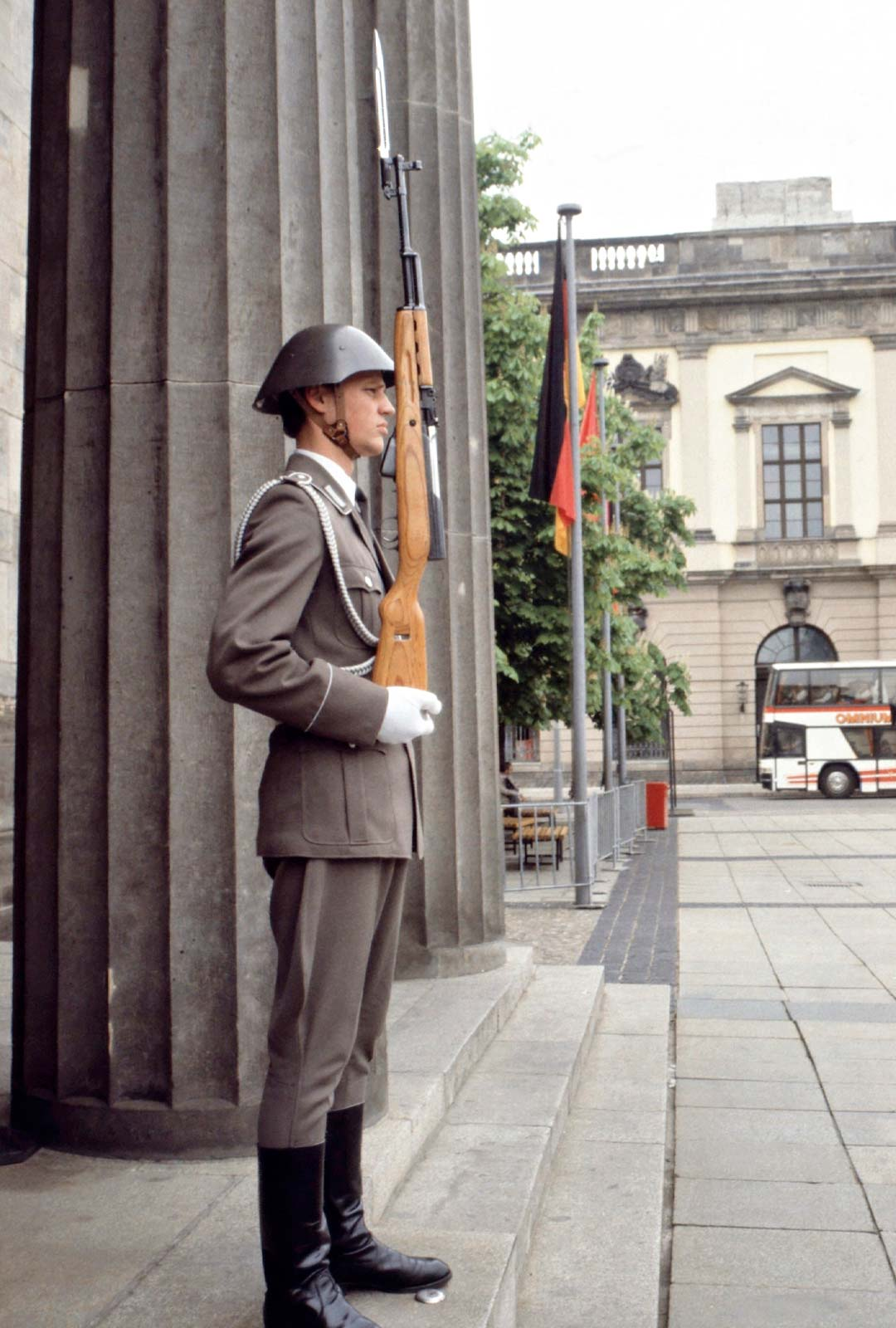 Sotilas vahtii Tuomiokirkkoa