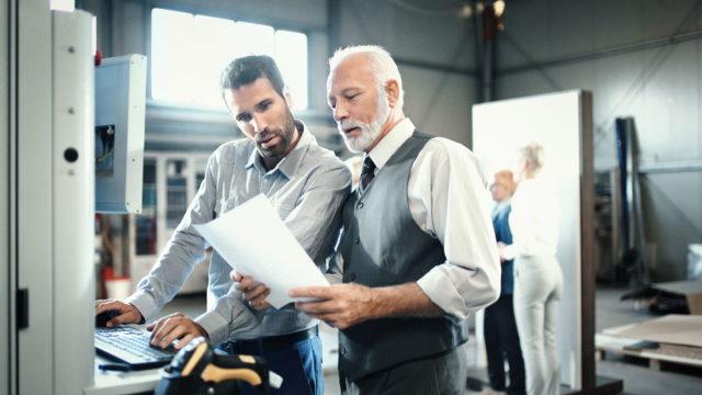 Vanha ja nuori mies työpaikalla.
