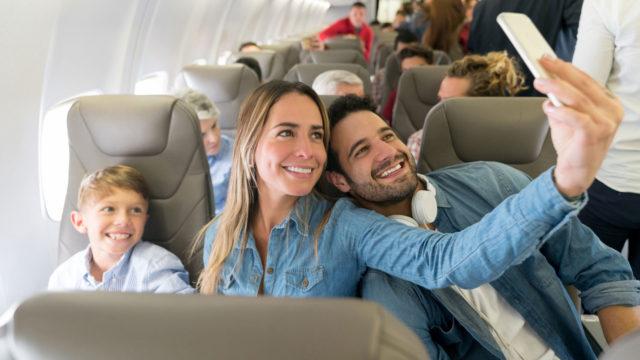 Lentokoneessa kuvaaminen on esimerkiksi Finnairin lennoilla sallittuja, jos se ei loukkaa muita matkustajia tai häiritse henkilökunnan työskentelyä.