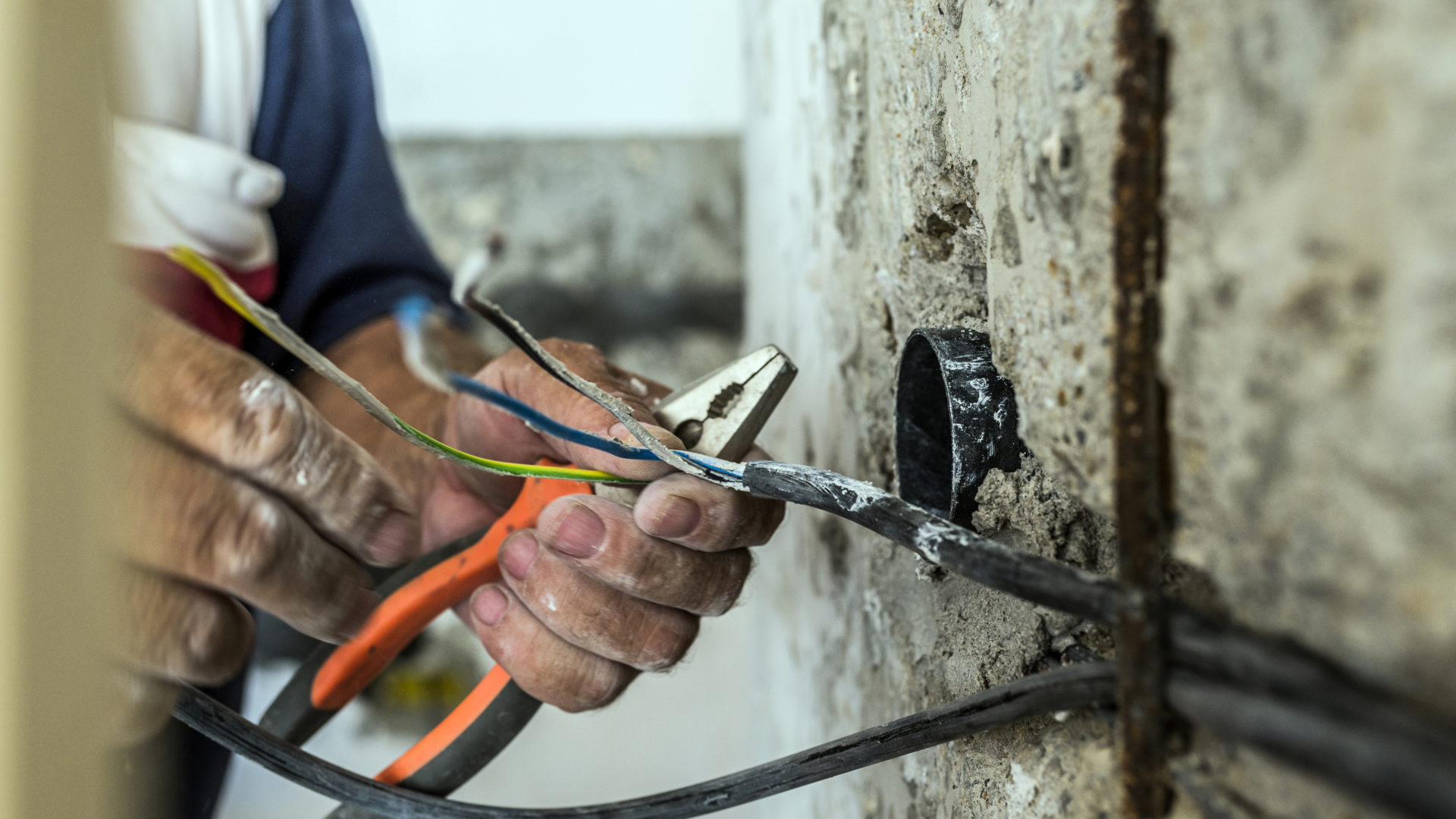 Sähkö- ja teleurakoitsijaliitto STUL varoittaa, että oven taakse ilmestyvä myyjä saattaa esittäytyä sähköurakoitsijaksi tai valtuutetuksi sähkötarkastajaksi.