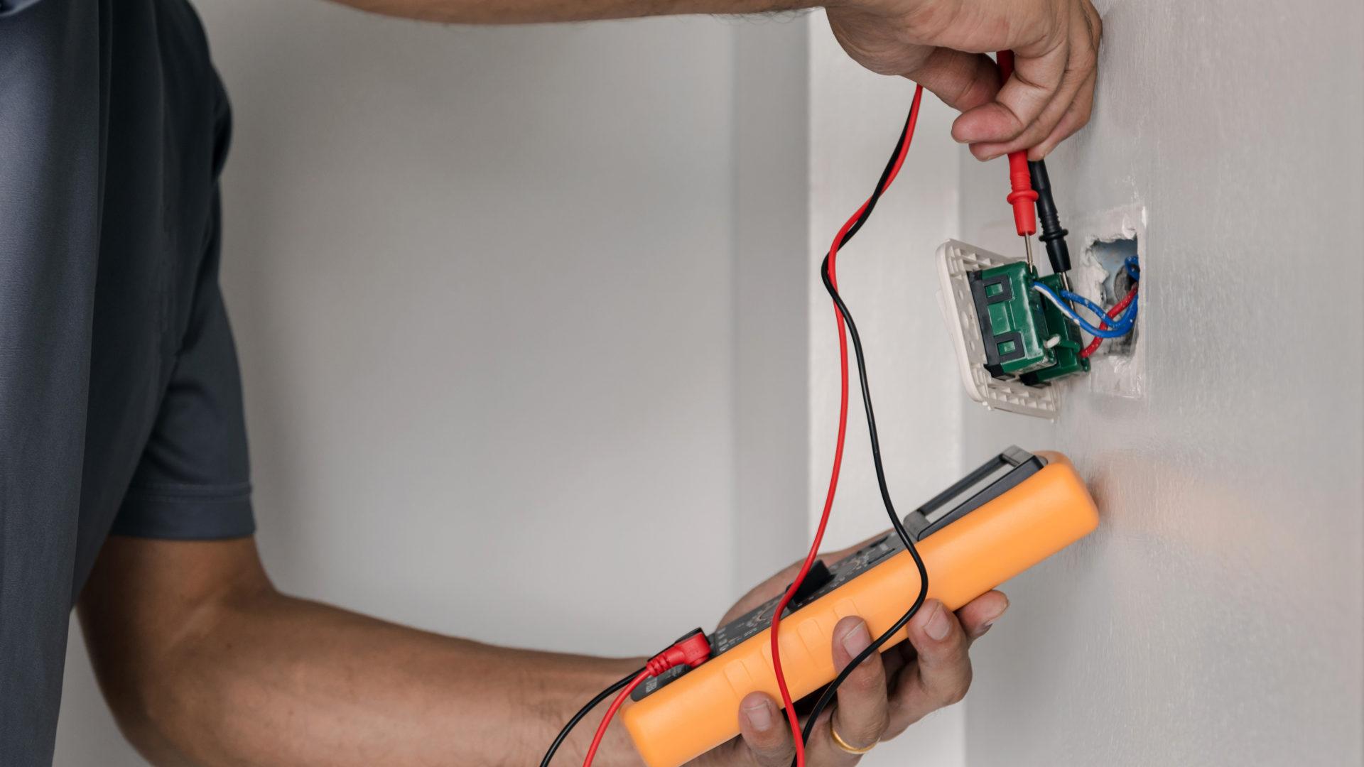 Sähköremontteja kaupitellaan agressiivisesti. Asiantuntija kertoo, milloin sähköjärjestelmän uusiminen on tarpeen.