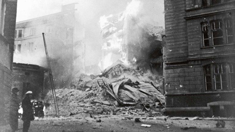 Helsingin pommitukset 30.11.1939 tuhosivat kauppahallin puoleisen nurkan Abrahamin- ja Lönnrotinkadun asuintalosta. Talo korjattiin myöhemmin ja on paikallaan myös nykyisin. Kuvassa näkyy savuavan talon lisäksi myös nykyisen Metropolia-ammattikoulun kulmaus.