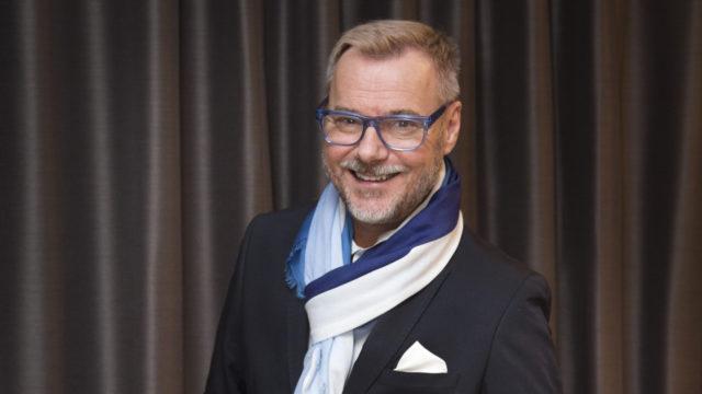 Toimittaja, muotiasiantuntijaJaakko Selinin ura Linnan juhlia pisimpään selostaneena miehenä päättyi vuonna 2017.