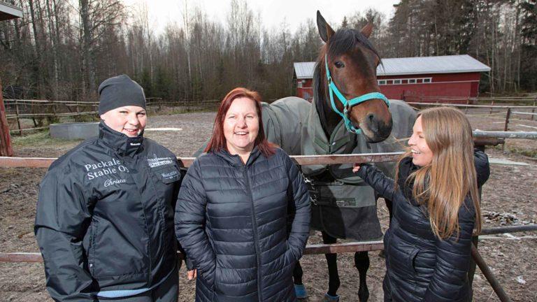 """Christa Packalen (vas.) vastaa hevosista ja Rosa Packalen (oik.) ihmisistä. """"Minä enää huutelen sivusta"""", Susanna nauraa."""
