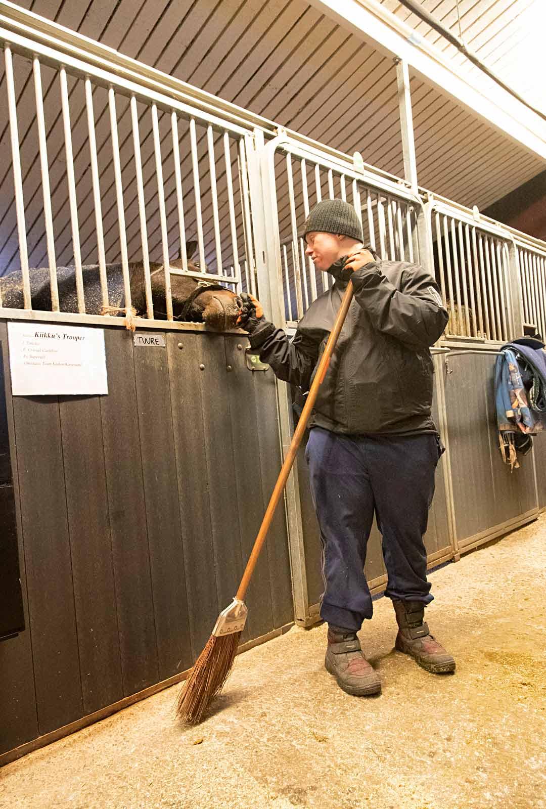 Miska Aropaasi pitää hevosista ja laulamisesta. Päivätoiminnassa hän tarttuu erityisen mielellään tallitöihin.