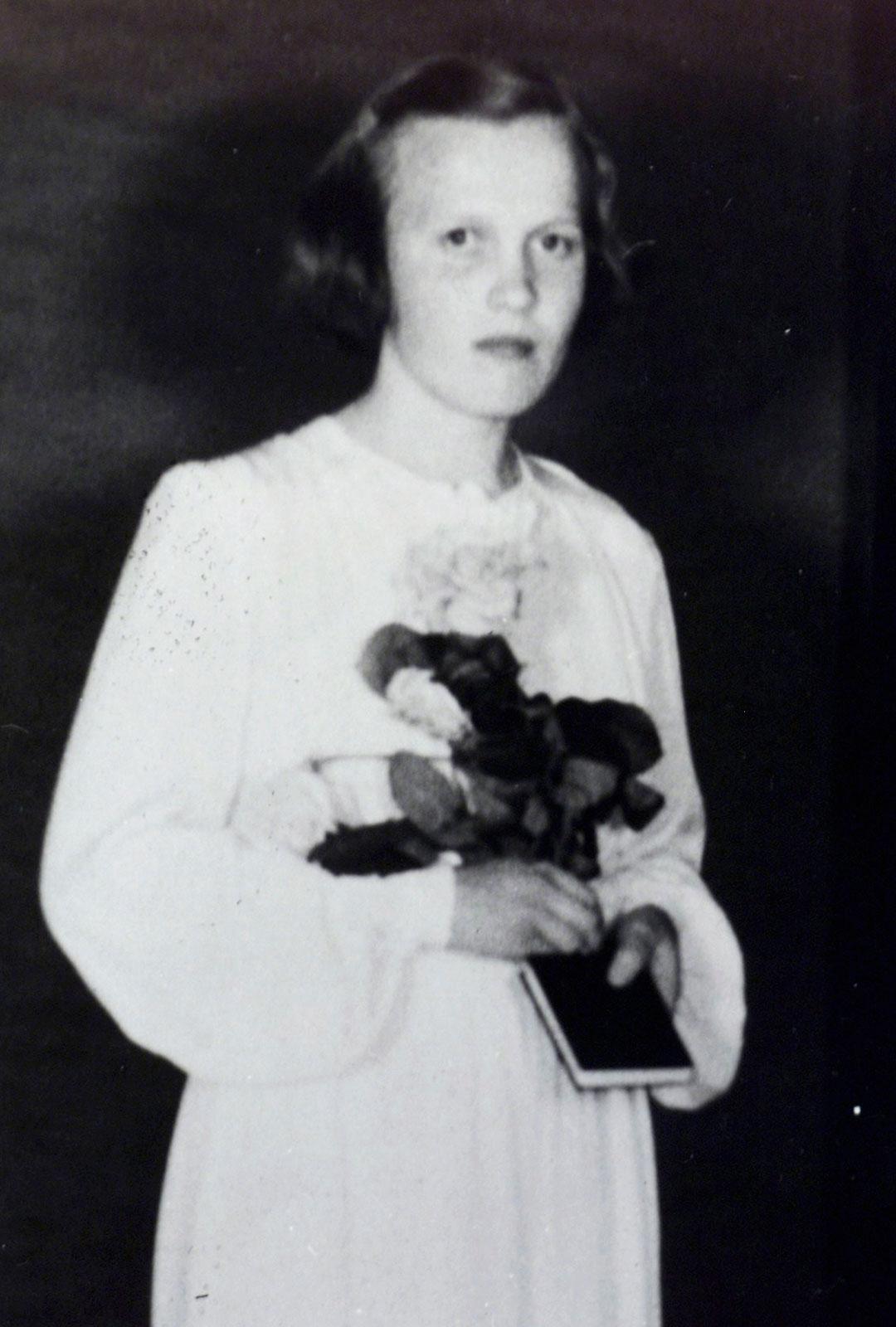 """Tämä kuva on monille suomalaisille tuttu. Kyllikki Saari oli hänet tunteneiden isojokisten mukaan """"rauhallinen likka""""."""