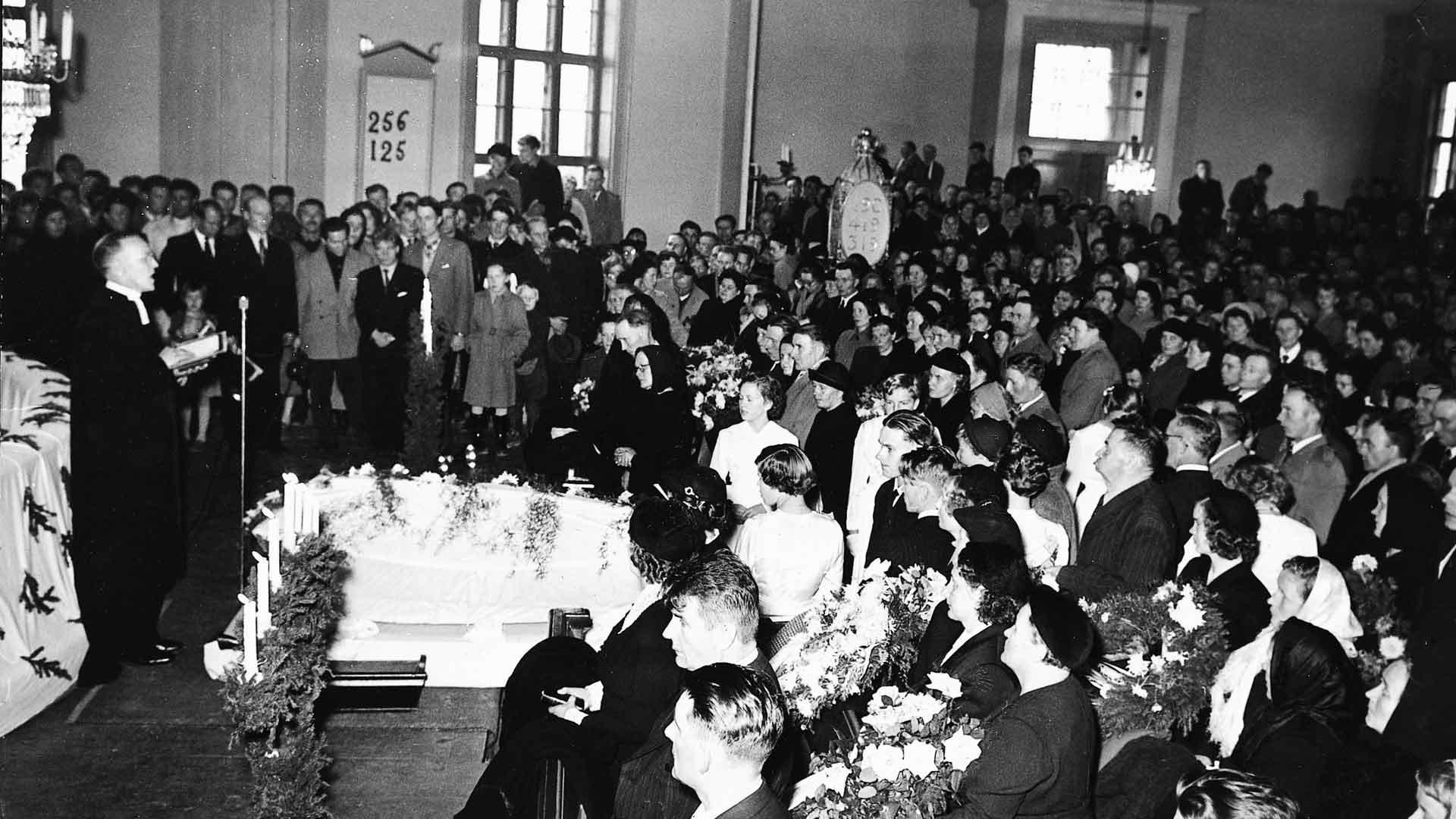 Kyllikki Saaren siunaustilaisuus järjestettiin Isojoen kirkossa. Hautajaiset herättivät suuria tunteita.