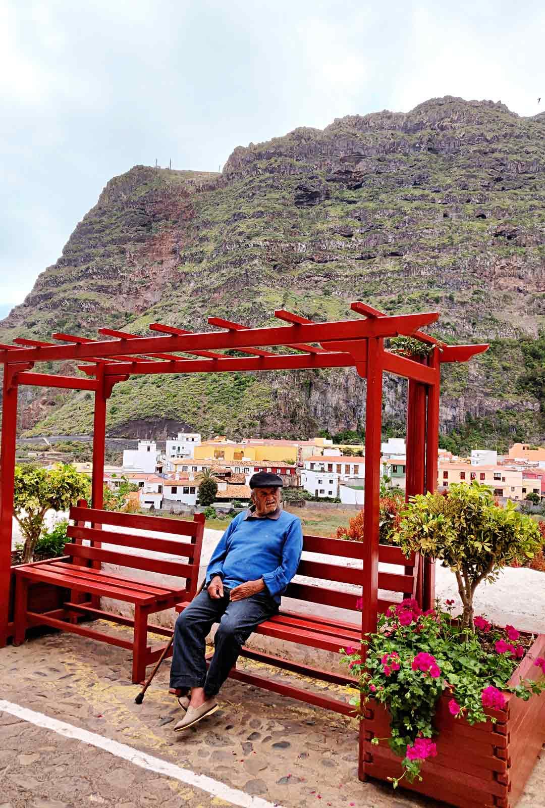 Paikallinen tarkastelee maailman menoa Agulon pikkukylässä.