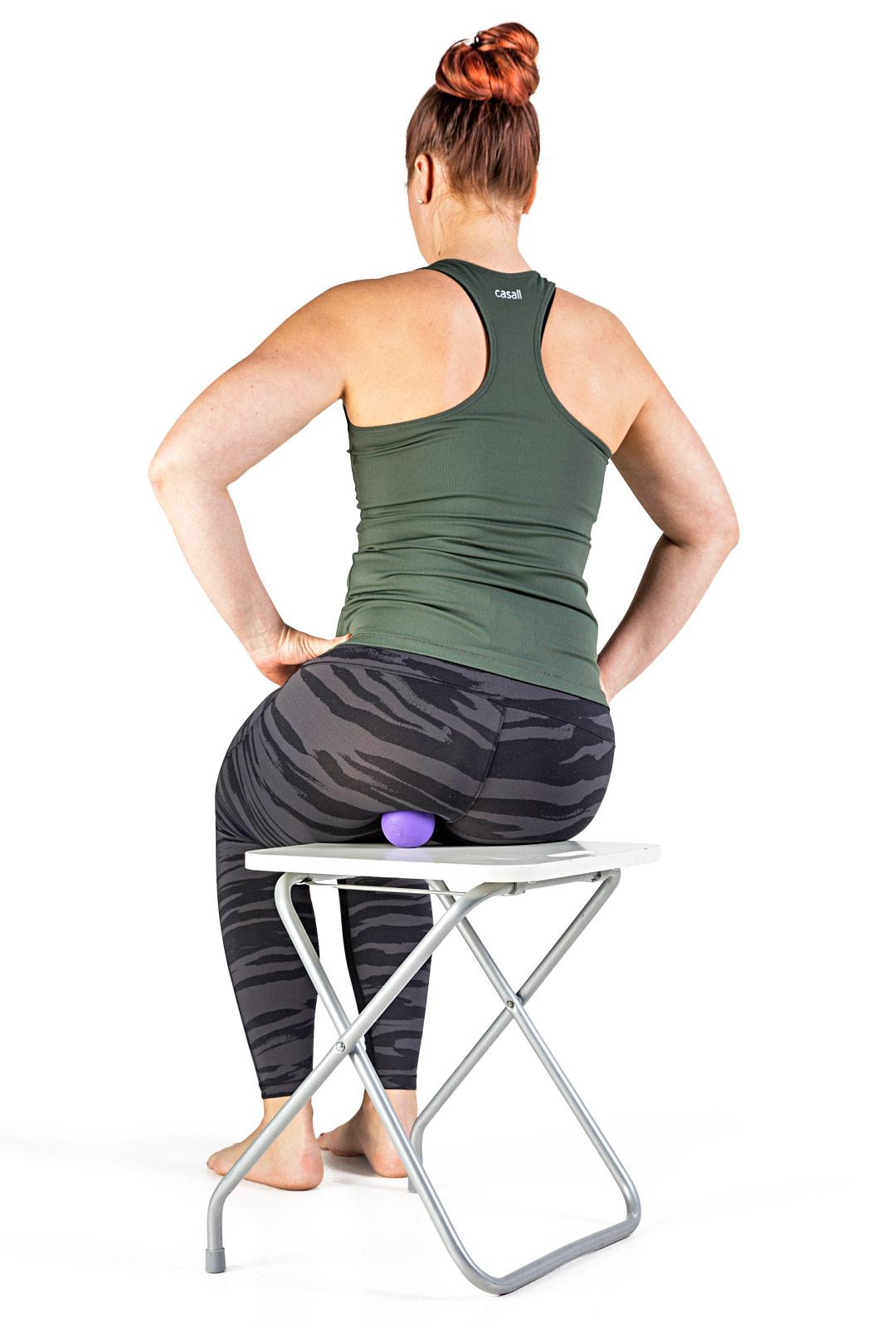 Vie painoa varoen pallon päälle ja keinuta kevyesti lantiota.