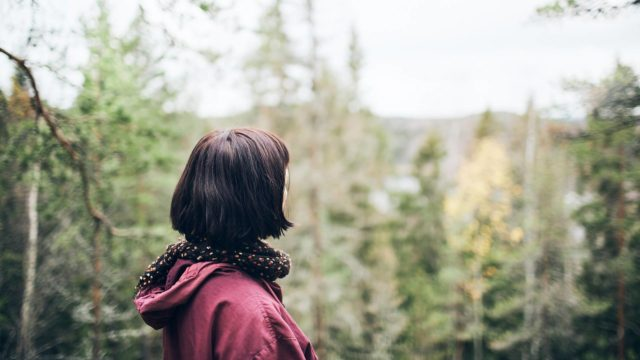 Luontokävelyt kuuluivat Eeva ja Mikko Saarelan arkeen. Nyt yksin jäänyt Eeva hakee lohtua mailta joille suunnitellaan puolison muistometsää.